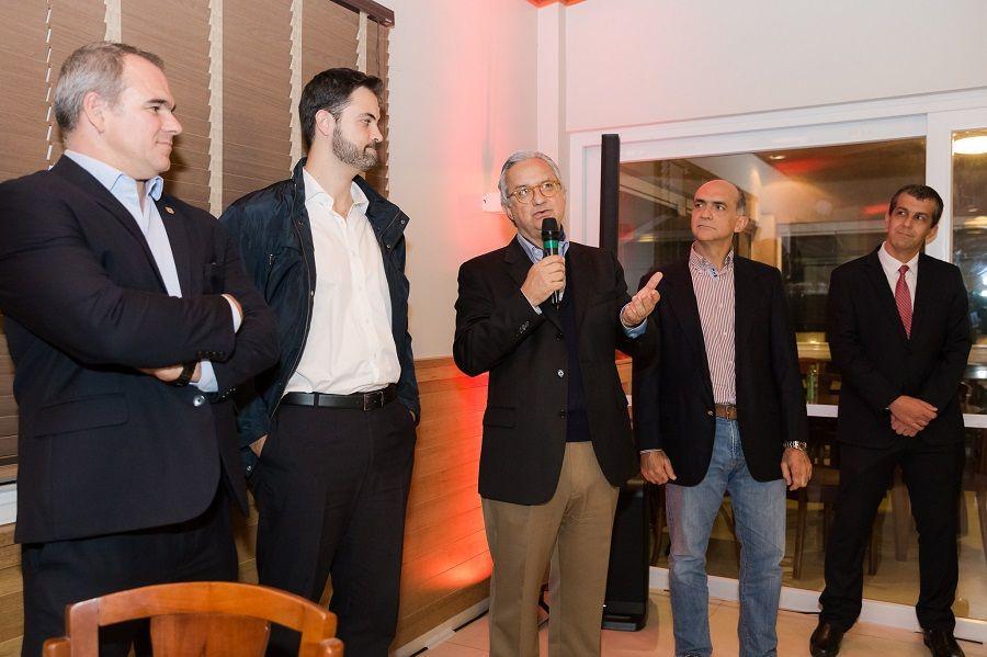 Ao microfone, diretor da UMA Incorporadora Antonio Ulrich. Crédito: Rodrigo e Cassiana.