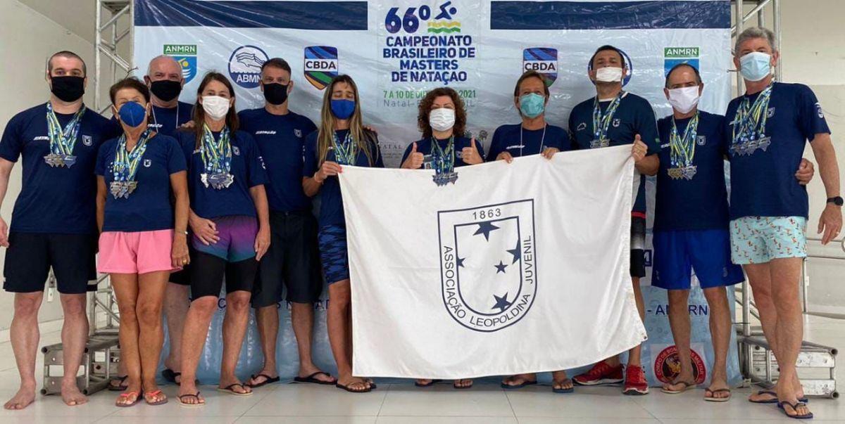 Atletas ALJ exibem com orgulho a bandeira do Juvenil