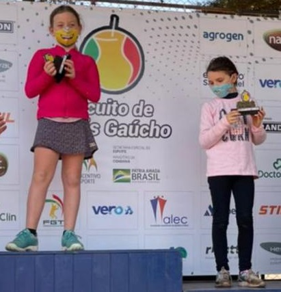 Cecília Diaz no alto do pódio. Crédito Arquivo Pessoal.