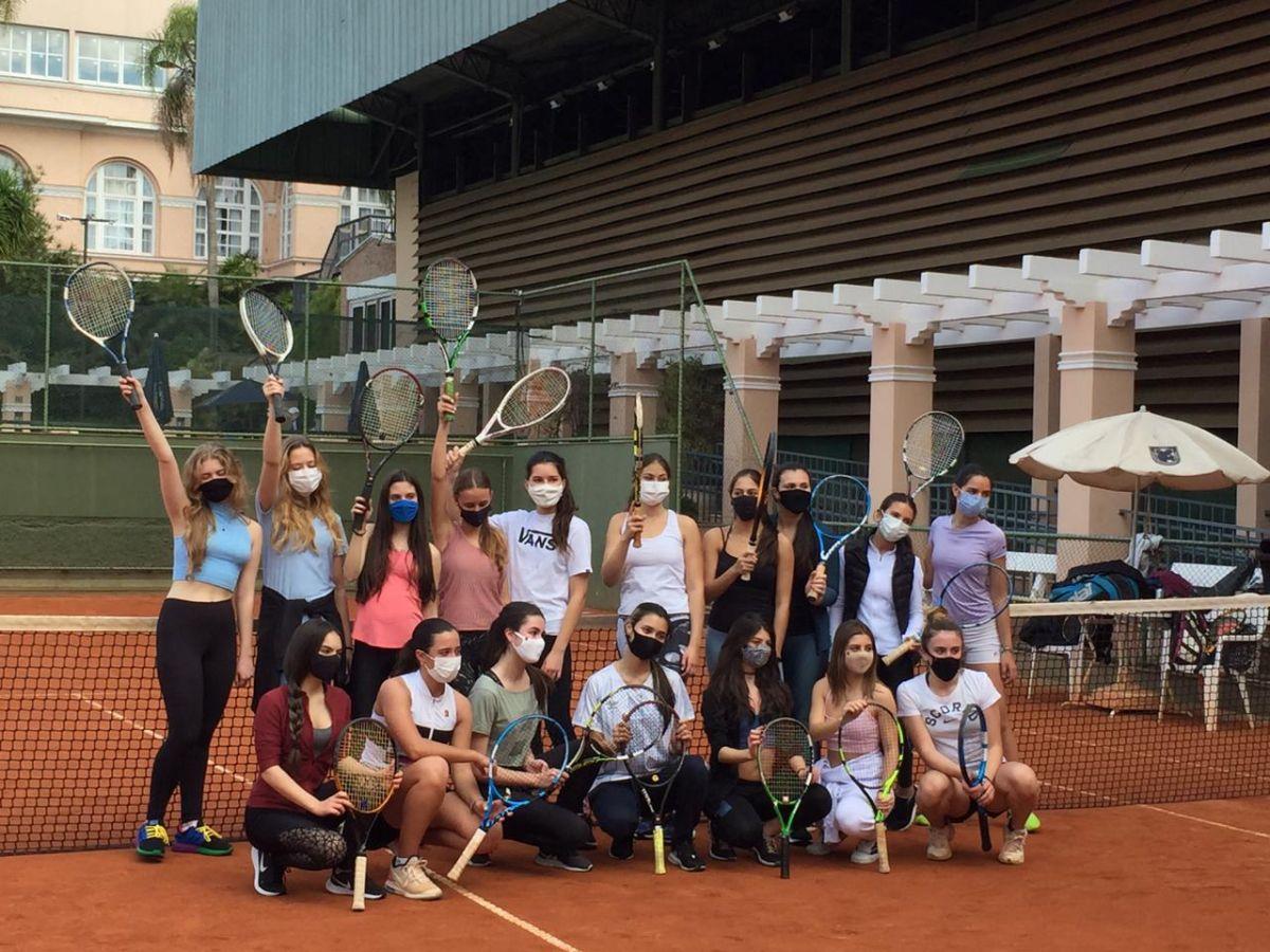 Debutantes ALJ 2020 e suas madrinhas entraram em quadra para uma vivência com o tênis