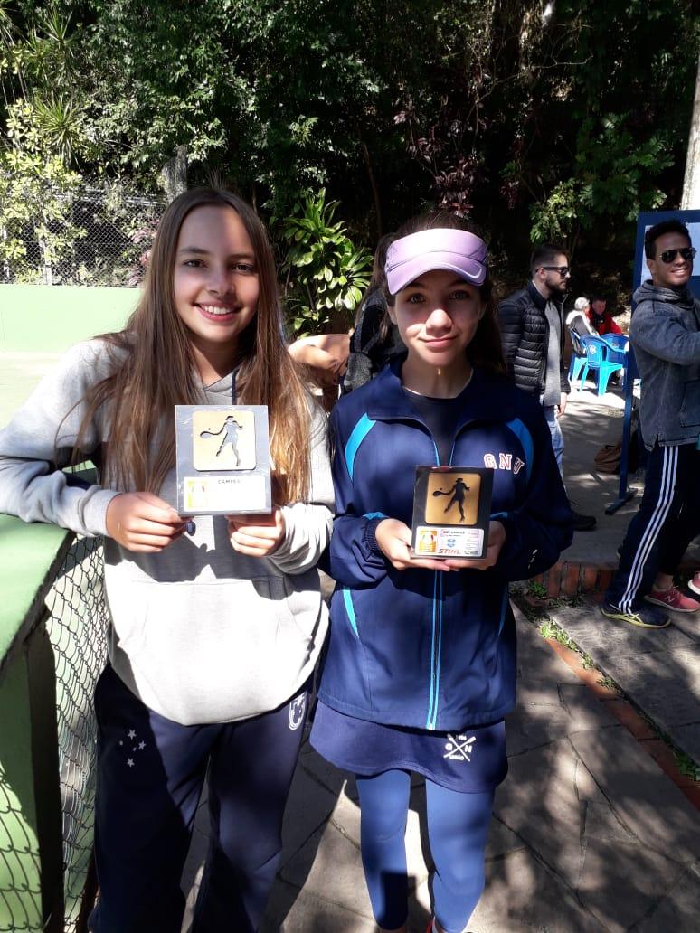 Esquerda para direita: Yasmin Asnis e Julia Mello