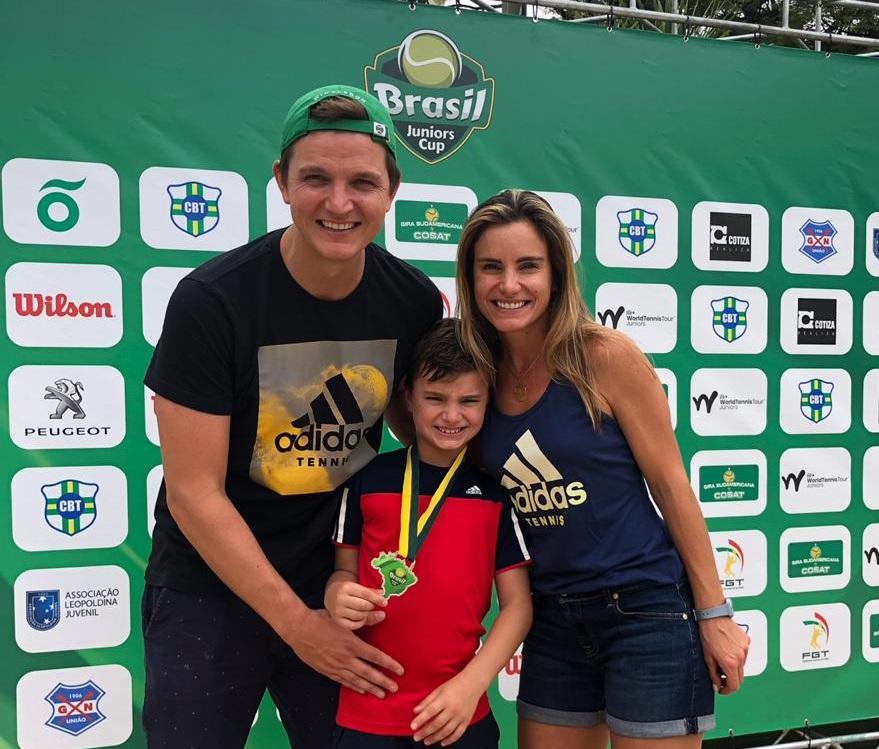 Francisco Mentz ao lado dos pais Maria Cláudia Mentz e Andreas Renner Mentz