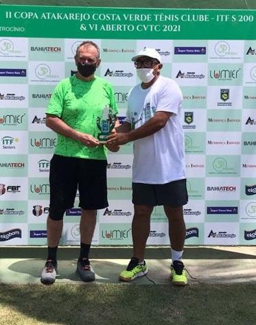 Germann, de camiseta verde, recebe o troféu. Crédito: Arquivo Pessoal.