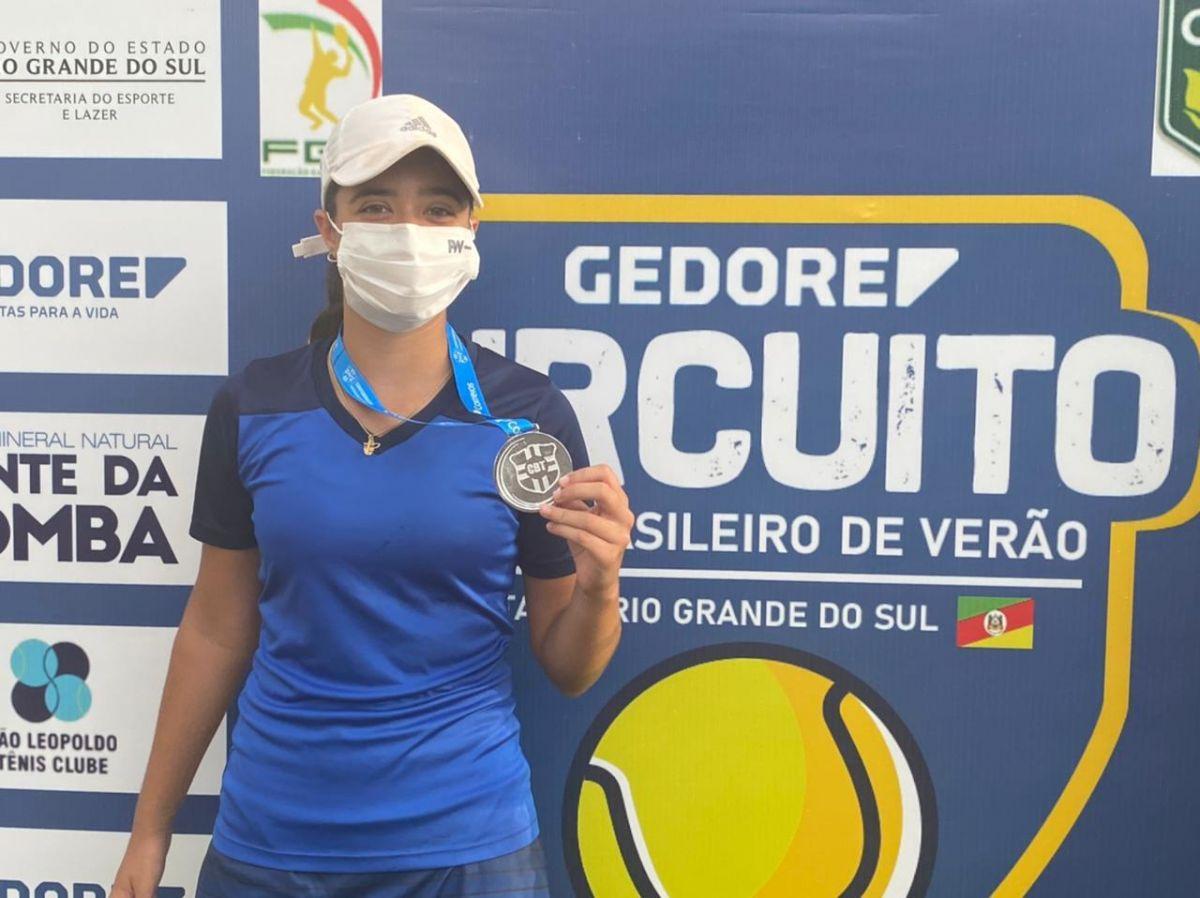 Isabela Silveira exibe com orgulho a medalha. Crédito: Arquivo Pessoal