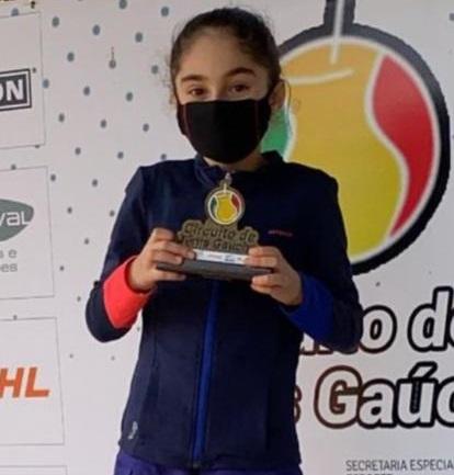 Laura Maggioni exibe com orgulho o troféu. Crédito: Arquivo Pessoal