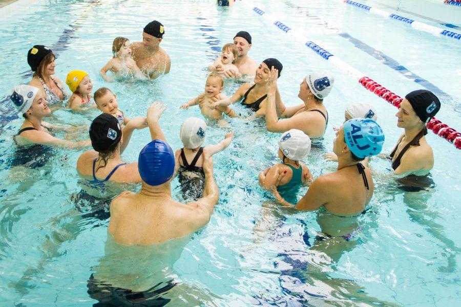 Interação na piscina coberta