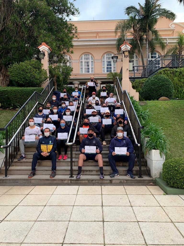 Participantes exibem com orgulho os certificados. Crédito da foto: FGT
