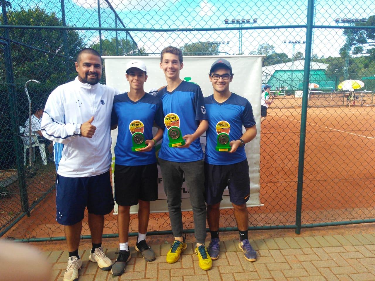 Professor Dado e atletas da Equipe de Tênis ALJ