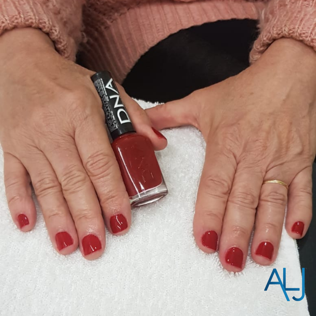Serviço de manicure/pedicure disponível!