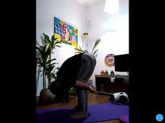 Encontrinho  ensina movimentos e princípios da prática de yoga