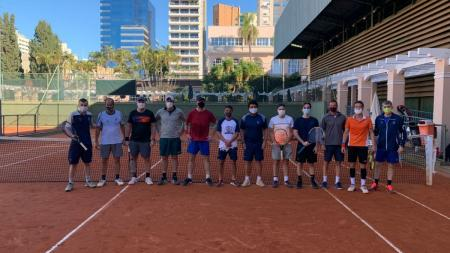 Sábado de treinamento intensivo na Clínica de Tênis Adulto Masculino